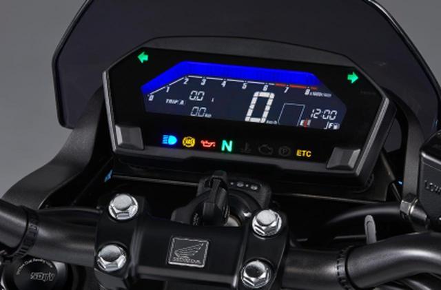 画像: HONDA公式サイトより 燃費計やギアポジションの設定表示など多彩な情報を表示するフル液晶タイプコンビネーションメーター。タコメーター部の表示色は好みの選択色に設定でき、燃費やエンジン回転数などの走行状態を基に変化させることも可能。 www.honda.co.jp