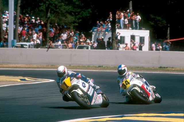 画像: 1989年、ヤマハで獲得したチャンピオンナンバー「1」をつけたホンダNSR500に乗り、K.シュワンツ(スズキ、写真右)の前を走るE.ローソン。 world.honda.com