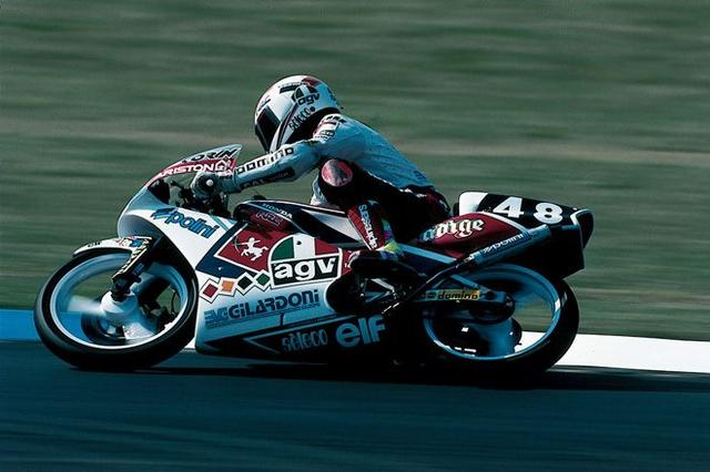 画像: 1990年、125ccクラスでRS125を走らせるL.カピロッシ。 world.honda.com