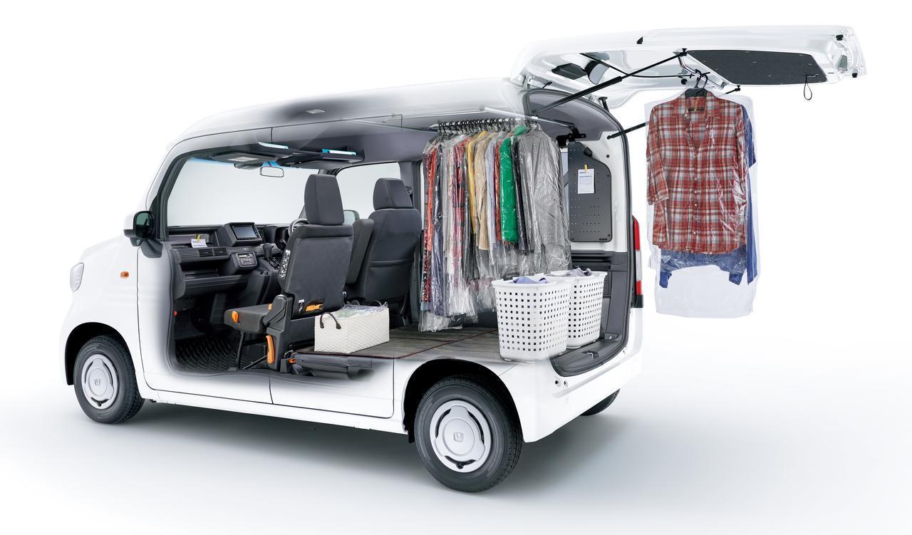 画像: 荷室のルーフ部にハンガーパイプを装備。たくさんの洋服を一度にきれいに運べる便利グッズです。