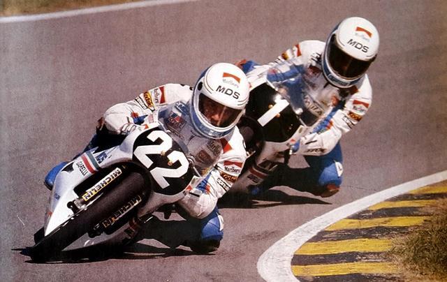画像: 1986年、チームメイトのファウスト・グレシーニ(ゼッケン1)を破り、自身初のタイトルを125ccクラスで獲得したL.カダローラ(ガレリ)。 lamiamoto.info
