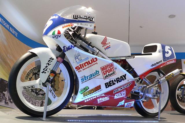 画像: 1993年GP125ccクラスタイトルを奪取したD.ラウディスのホンダRS125Rは、ドイツのネッカースウルム2輪車博物館に展示されました。 de.wikipedia.org