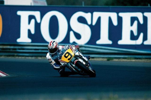 画像: 1990年、地元オーストラリアGPを走るM.ドゥーハン。シーズン最終戦のレースで彼は2位表彰台を獲得しました。 world.honda.com