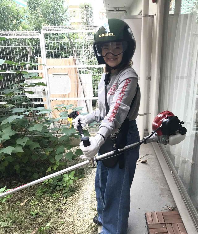 画像: 興奮してヘルメットを引っ張り出し装着、満足げにこちらを見ている