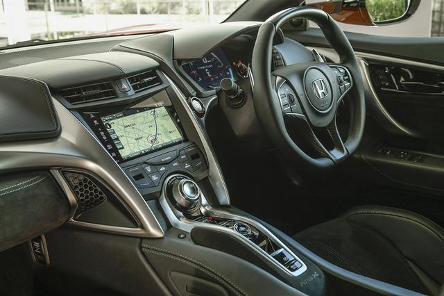 画像: コクピットまわりの変更はない。取材車はオプションのカーボンファイバーインテリアスポーツパッケージ装着。