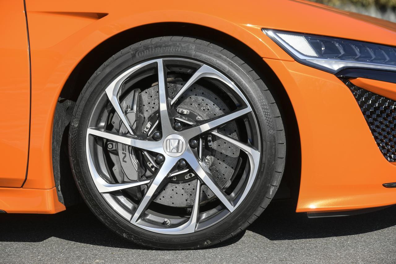 画像: 専用チューニングのコンチネンタル製スポーツコンタクト6タイヤ。カーボンセラミックローターはオプション。