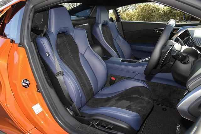 画像: 新しく加わったインテリアカラーのインディゴ。ボディカラーのサーマルオレンジパールと新しい色同士の組み合わせ。