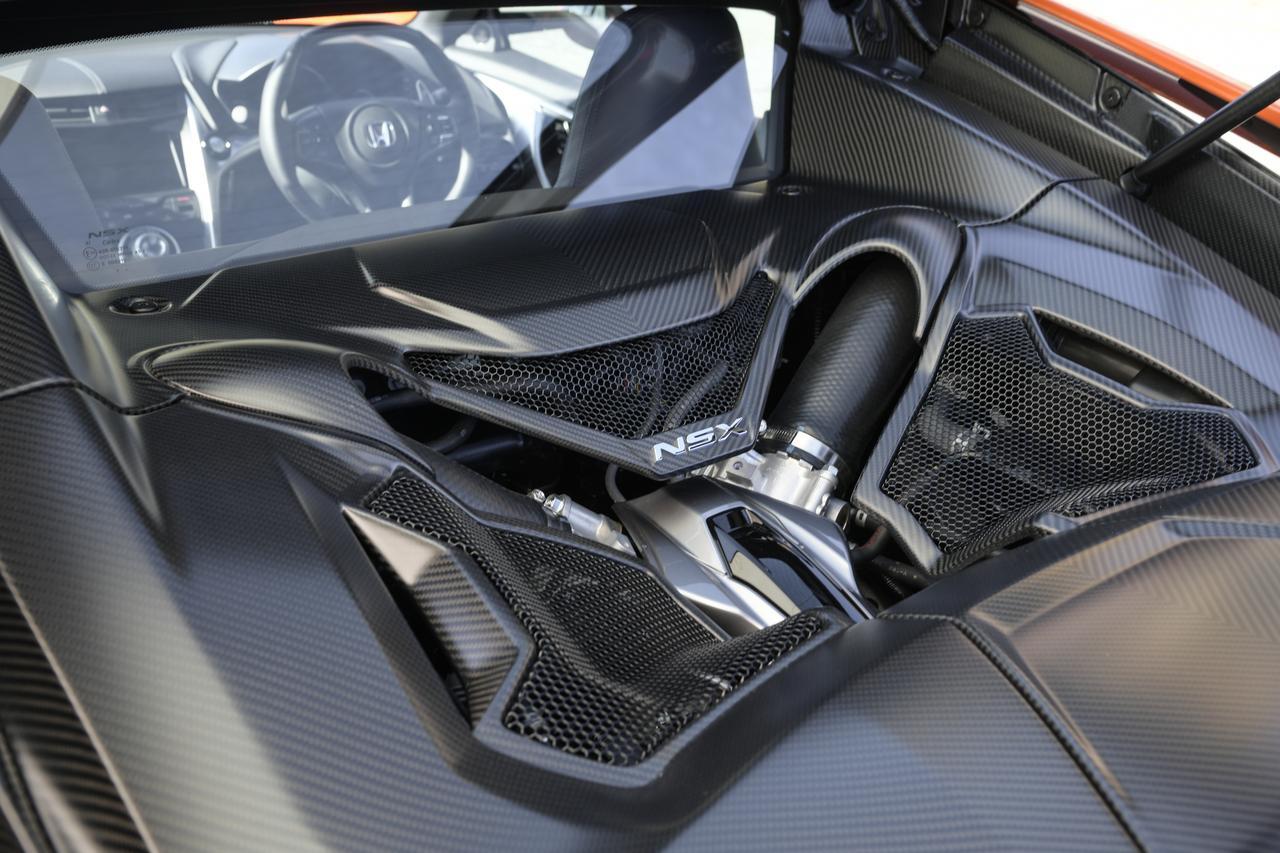 画像: キャビン後部に位置する3.5L V6ツインターボエンジン。オプション設定のカーボンファイバーエンジンカバーを装着。