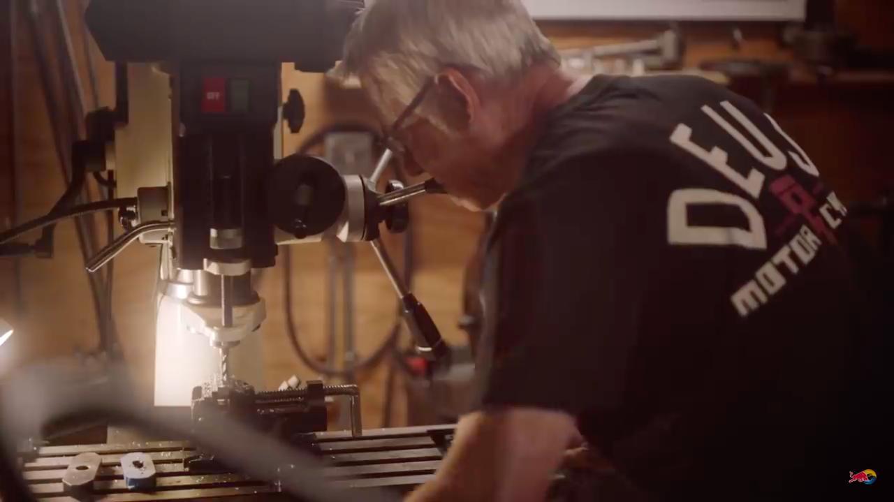 """画像: ダニ・ペドロサのためのカスタムバイク製作を担当するのは、デウス エクス マキナのデザインディレクターであるマイケル """"ウーリー""""ウーラウェイです。 www.youtube.com"""