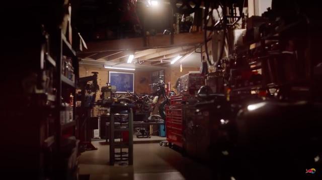 画像: ワークショップでは、一台のカスタムバイクがその完成を待っています・・・。 www.youtube.com