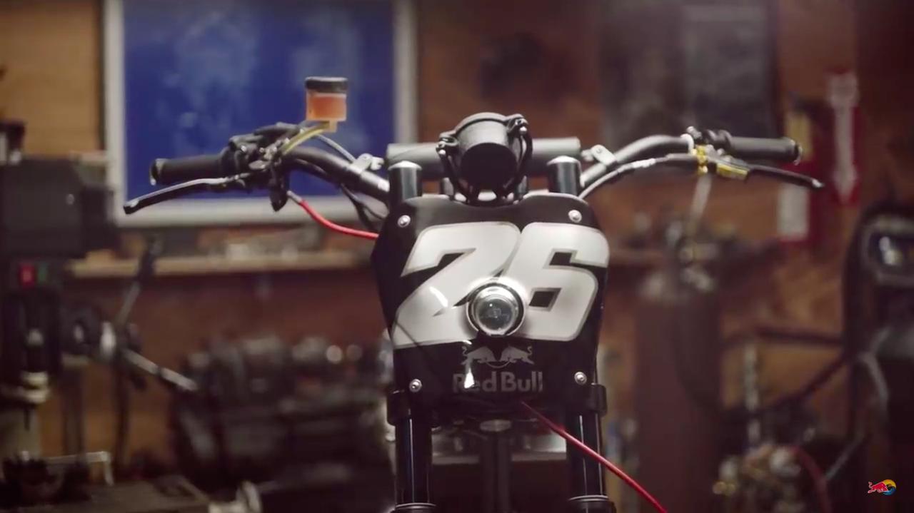 画像: ペドロサのパーソルナンバー、26を記したフロントゼッケンの中に、小径のヘッドライトが埋め込まれています。 www.youtube.com