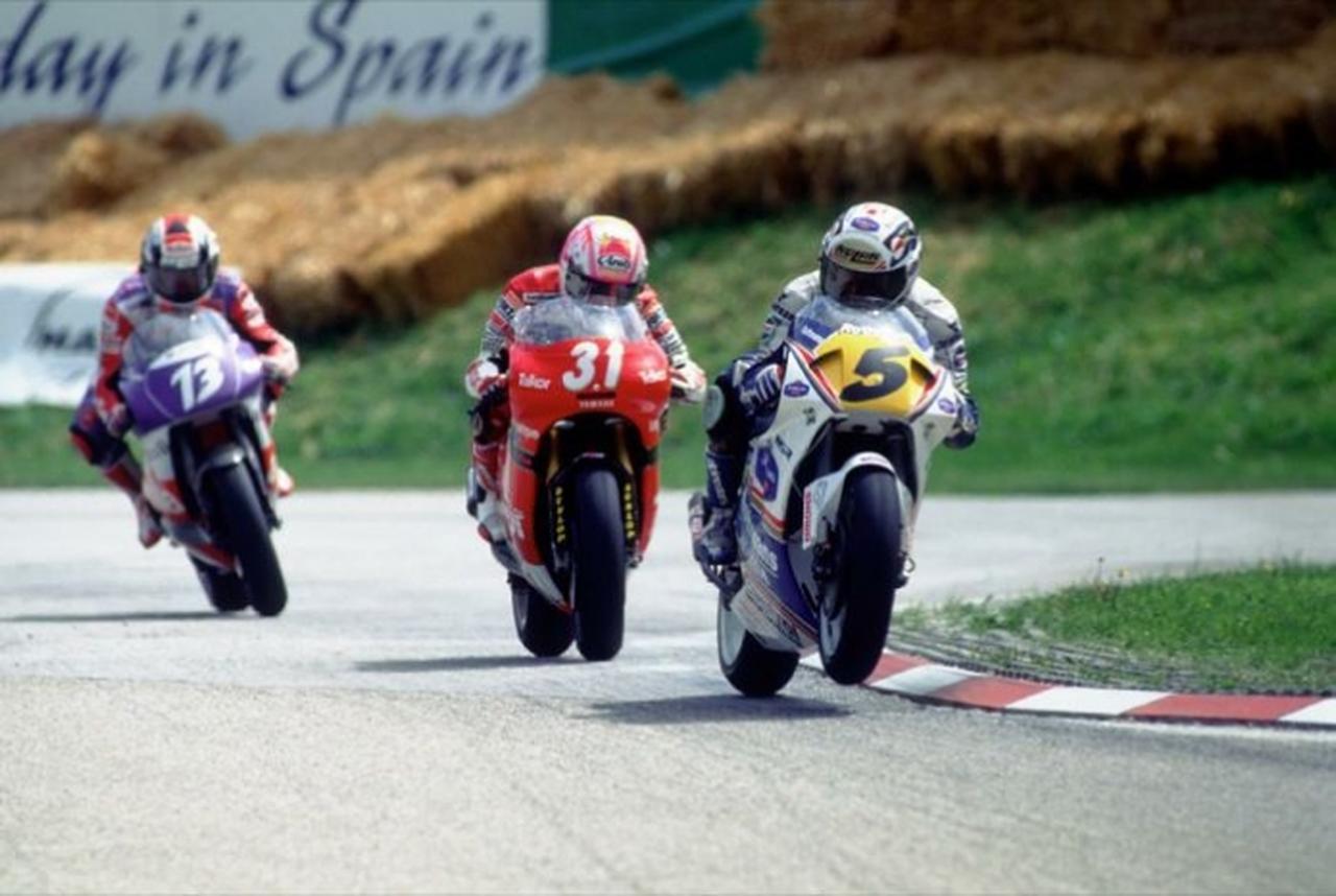 画像: 1993年、ホンダNSR250に乗り、原田哲也(ヤマハTZ250M、写真中央)、ロリス・レジアーニ(アプリリアRSV250、写真左)の前を走るM.ビアッジ(写真右)。 www.max-biaggi.com