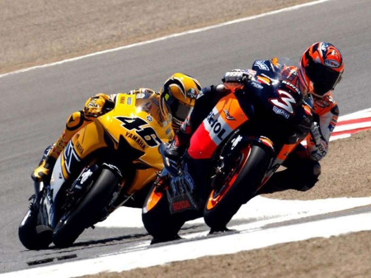 画像: 2005年アメリカGP(ラグナセカ)で、V.ロッシ(ヤマハ、左)と競うM.ビアッジ(右)。 www.max-biaggi.com