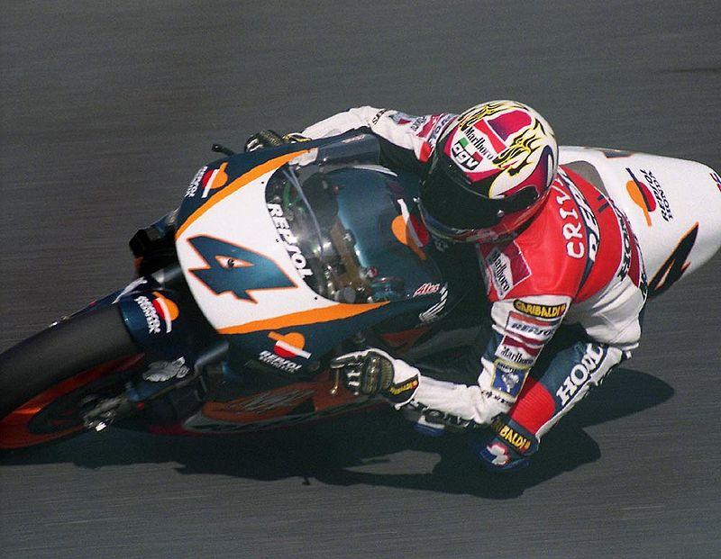 画像: 1996年、日本GP500ccクラスでホンダNSR500を駆るA.クリビーレ。この年が、最も王者ドゥーハンに肉薄した年と言えるでしょう。 es.wikipedia.org