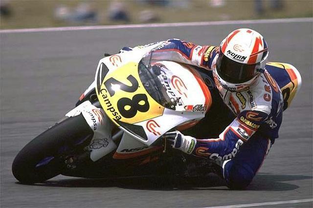画像: 1992年、シト・ポンスのチームでホンダNSR500に乗り500ccクラスを戦うクリビーレ。 www.pinterest.jp
