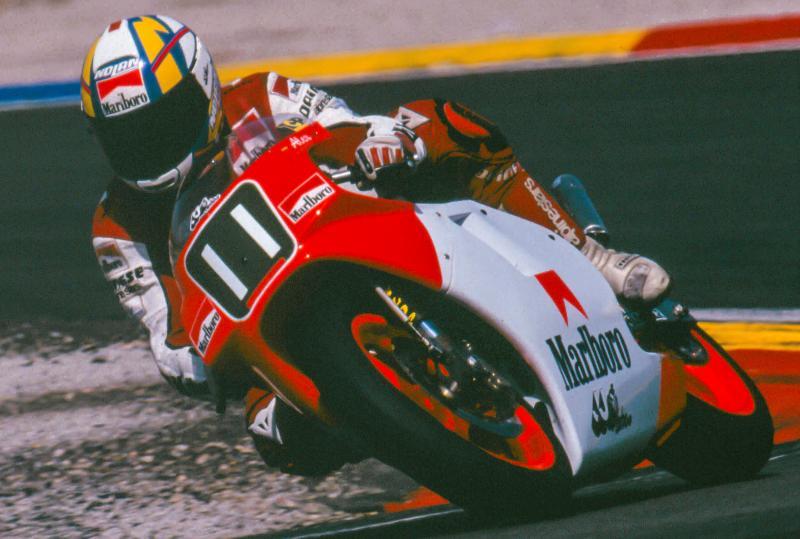 画像: 125ccでタイトルを獲得したJJコバスに復帰してのぞんだ1991年の250ccクラス、クリビーレは年間13位、最高位はチェコスロバキアGP(ブルノ)での5位にとどまりました。彼のJJコバスにはホンダのAキットエンジンが搭載されていましたが、それはAキットとしては一番グレードの低いものでした・・・。 www.motogp.com