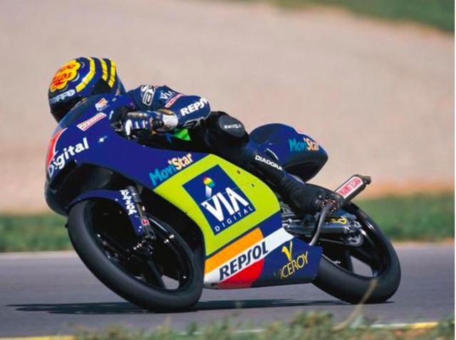 画像: 1992年GP125ccクラスをホンダRS125Rで戦ったE.アルサモラ。 twitter.com