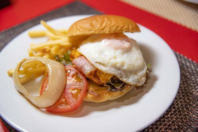 画像5: ボリューム満点のハンバーガー!?