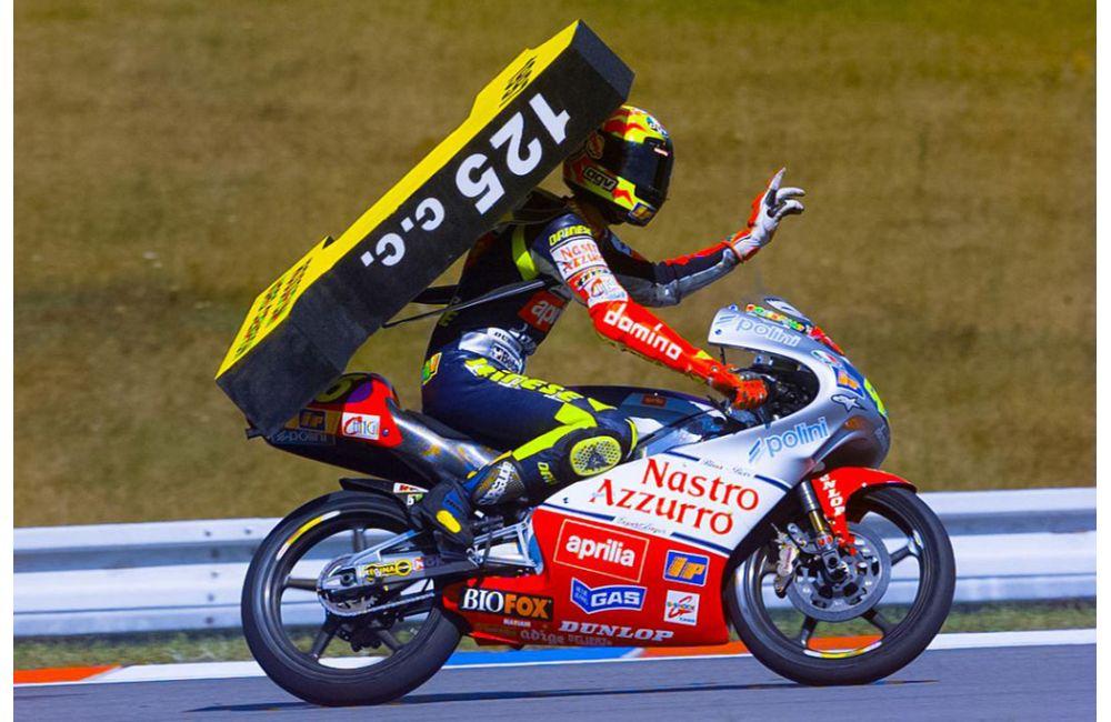 画像: 1997年、アプリリアRS125に乗り見事タイトルを獲得したV.ロッシ。 www.aprilia.com