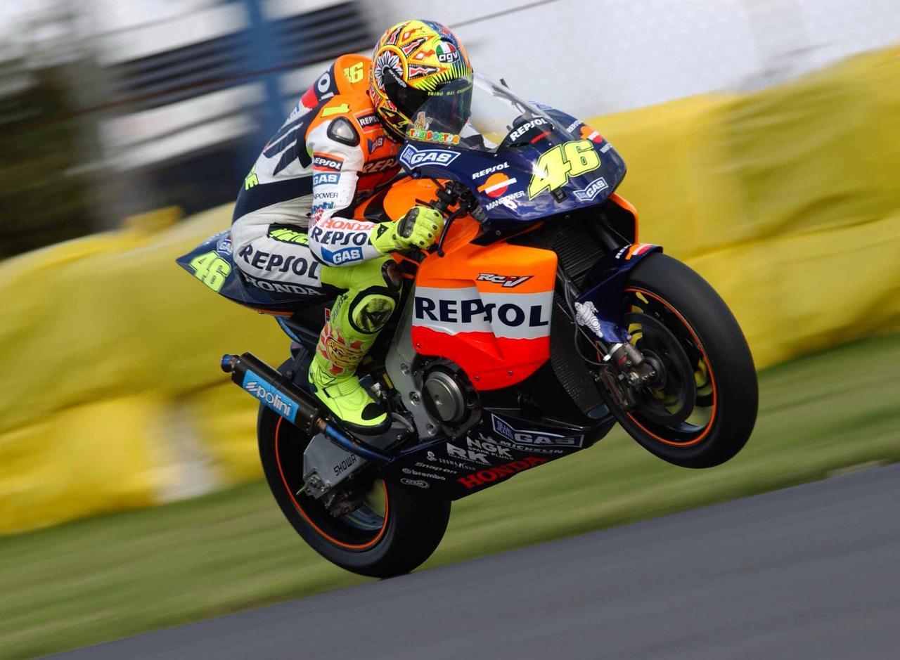 画像: 2002年、ロッシは初代MotoGPクラス王者として歴史にその名を刻むことになります。 www.redbull.com