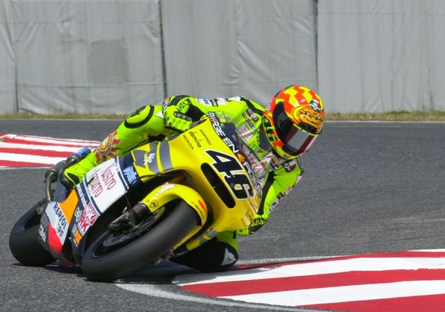 画像: 2001年、日本GP(鈴鹿)500ccクラスで、NSR500に乗るV.ロッシ。見事開幕戦で、優勝を記録しています。 www.motogp.com