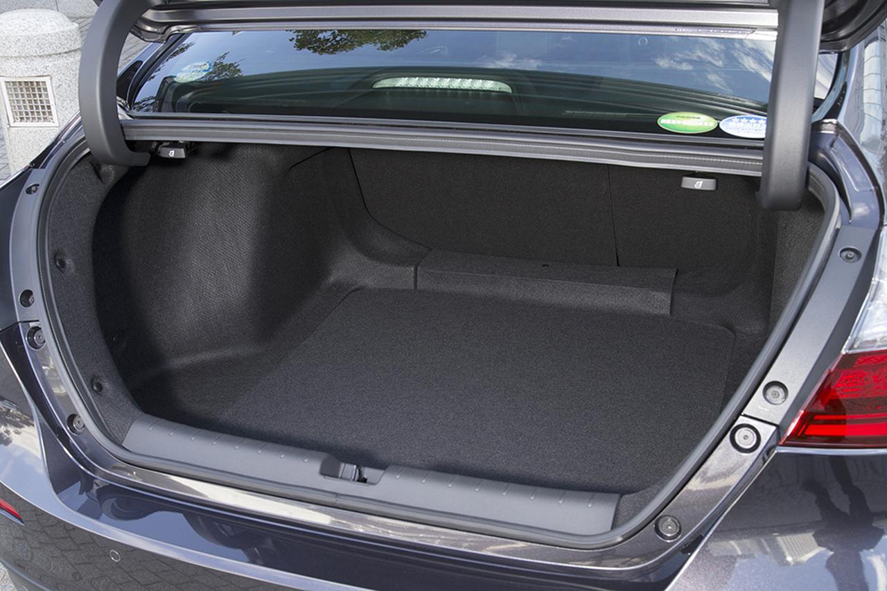 画像: バッテリーを後席下に配置することでトランク容量は519Lを確保、さらにリアシートバックは40:60の分割可倒式を採用する。