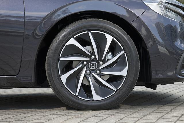 画像: 試乗車のEXブラックスタイルが装着するのは215/50R17サイズのタイヤとなる。