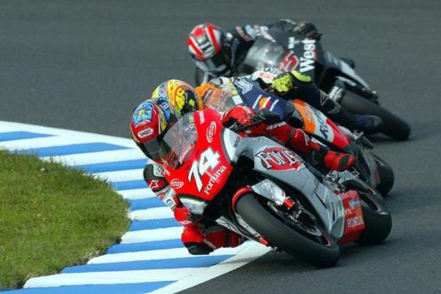 画像: 2002年第13戦、パシフィックGPは残念ながらリタイアに終わりました。MotoGP初年度は、ランキング7位で終え、ルーキー・オブ・ザ・イヤーとして表彰されています。 www.honda.co.jp