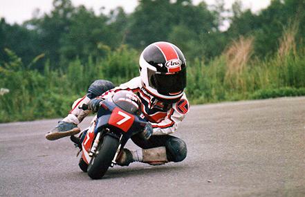 画像: ポケバイ時代(5歳)の写真。平忠彦レプリカヘルメットが、時代を感じさせます。 www.honda.co.jp