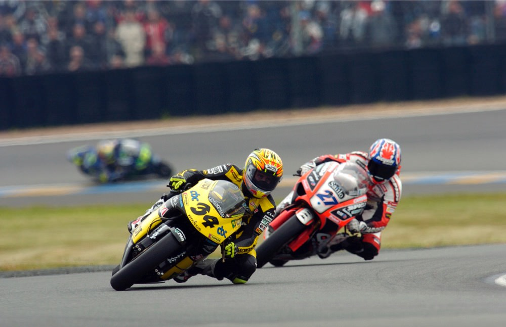 画像: 2005年、チーム・スコットのライダーとして250ccクラスを戦い、年間3位となったA.ドヴィツィオーゾ。なお後方は後にMotoGPクラスでもライバルとなったケーシー・ストーナーです。 andreadovizioso.com