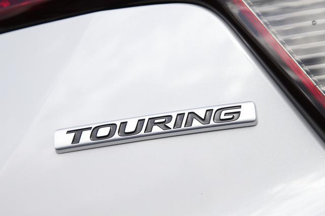 画像: TOURINGのエンブレムが装備される。ツーリングはRSと標準モデルに中間のポジションとなる。