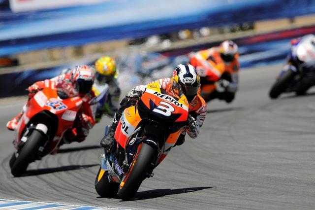 画像: 2009年、U.S.GP(ラグナセカ)で勝利したD.ペドロサ。この年はMotoGPクラスランキング3位という成績でした。 www.redbull.com