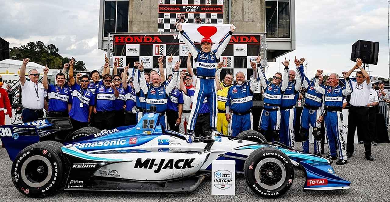 画像: チームスタッフたちと、勝利の喜びを分かち合う佐藤琢磨! www.honda.co.jp