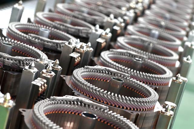 画像: 写真はi-MMDのモーター部分。製造工場である浜松工場の製造ラインを取材、強いこだわりも聞いた。