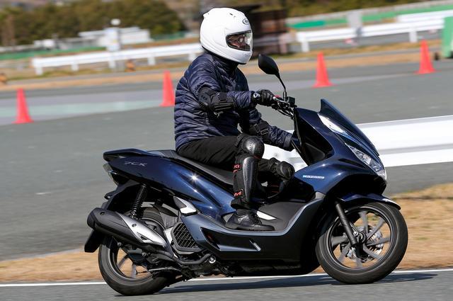 画像: 2輪の体験試乗メニューもあり125ccのスクーターであるPCXシリーズに跨がった。