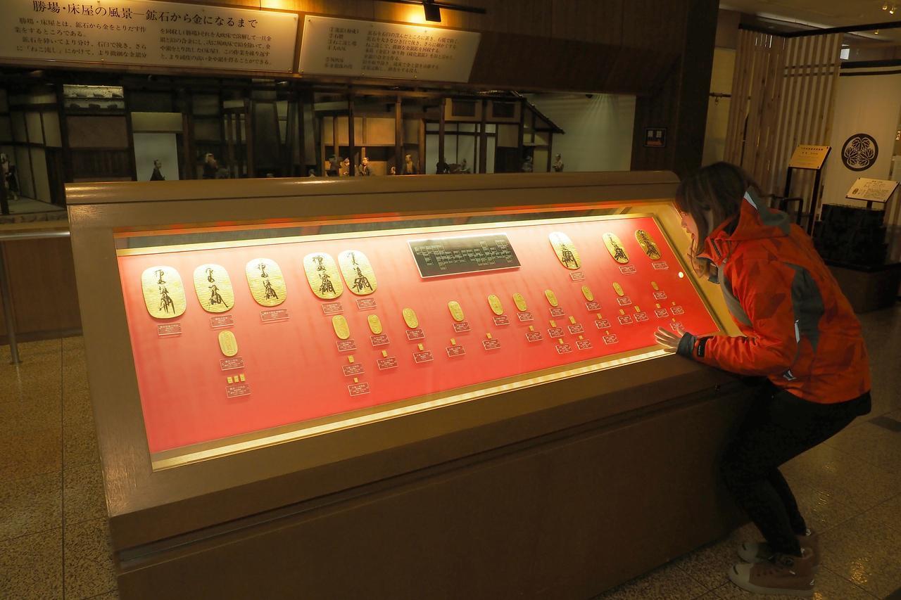 画像4: 洞窟でお勉強した後は、実際の金が触れる黄金館へレッツゴー!