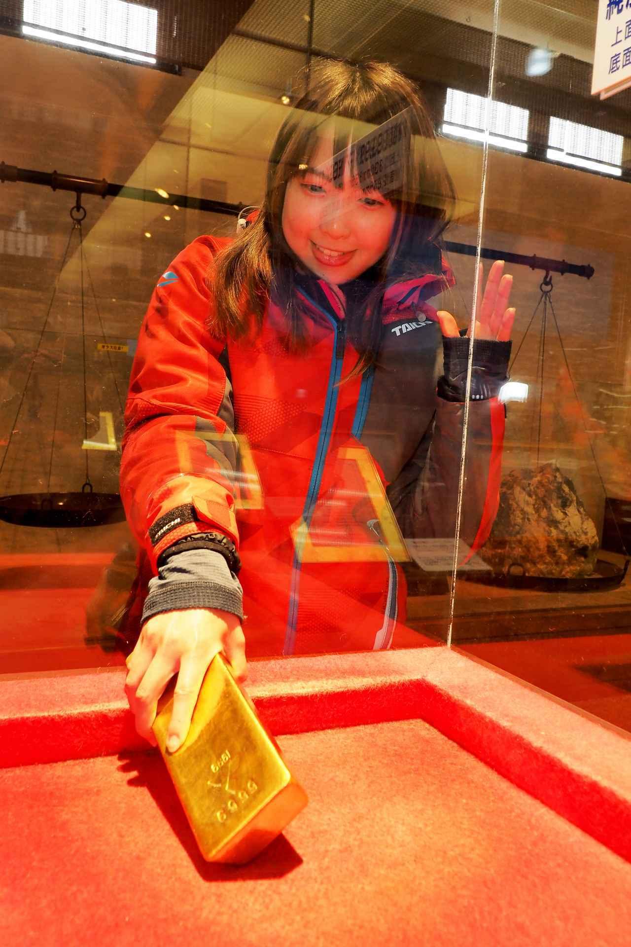 画像3: 洞窟でお勉強した後は、実際の金が触れる黄金館へレッツゴー!