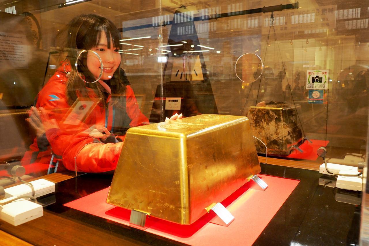 画像2: 洞窟でお勉強した後は、実際の金が触れる黄金館へレッツゴー!