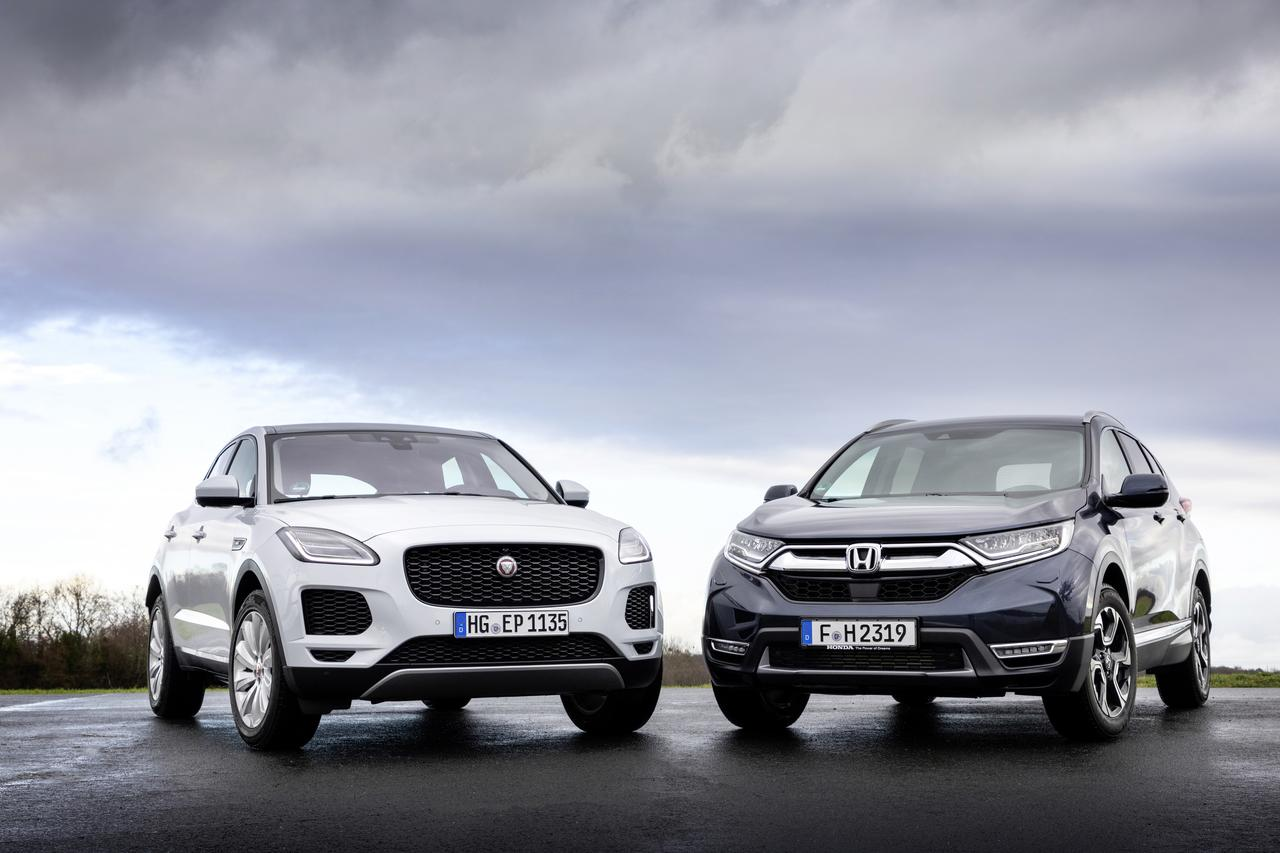 画像: Jaguar E-PACE P200 AWDとHonda CR-V 1.5T Executive AWD。どちらも欧州仕様、左ハンドルだ。