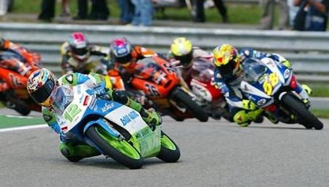 画像: 2005年125ccクラス、ホンダRS125に乗り集団をリードするT.ルティ。 www.winni-scheibe.com