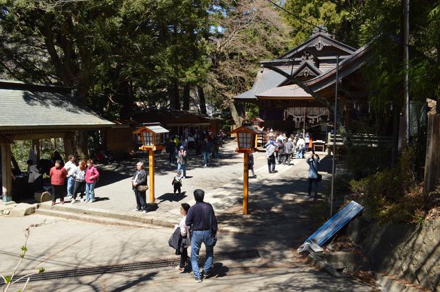 画像: 麓にある新倉富士浅間神社。創建は705年という、由緒正しき神社です。