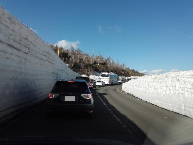 画像: ちなみに春先の開通直後には、残雪がまるで壁のように連なる「雪の回廊」ドライブも楽しむことができます。