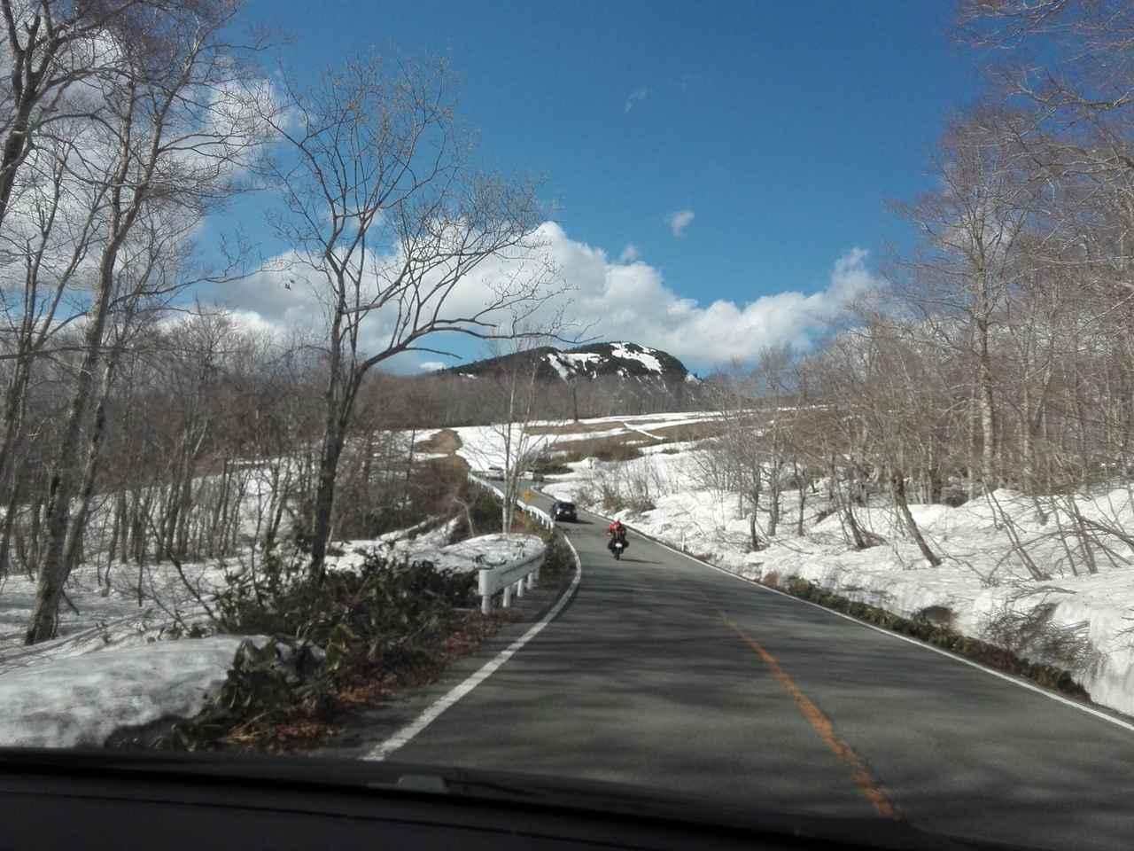 画像: 山形側からの「登り」の景色。林と雪、岩山などのコントラストが興味深い。「下り」は街を下界を見下ろす感じ。