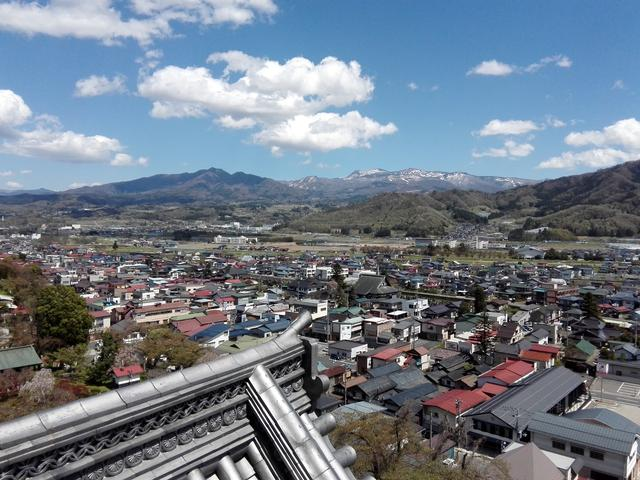 画像: 最上層からは蔵王連山が一望できます。上山市の街並みを見下ろしていると、ちょっとタイムスリップしたような「城主」の気分が味わえたりして。