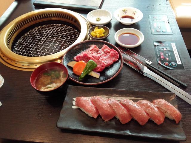 画像: 肉寿司定食は美味しいけれど、量的にはちょっと軽め。なので、単品でA5のカルビ焼肉を追加してみました。こちらは100gで1700円。まさに大満足!なコラボです。