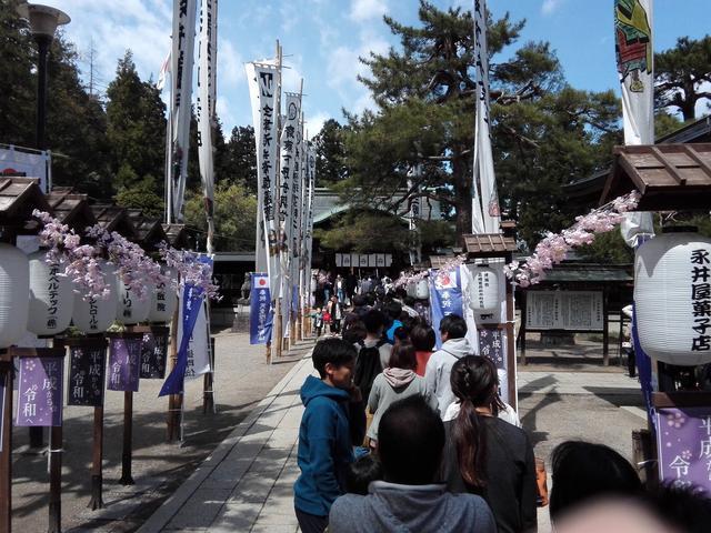画像: 取材日はたまたま、例大祭である「米沢上杉まつり」が開催されていました。お参りする人たちが行列に。