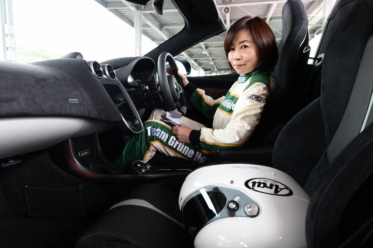 """画像: 飯田裕子 自動車メーカーでOLをした後、フリーの自動車ジャーナリストとして駆け出し、そのキャリアは豊富だ。現在の仕事を本格的に始めるきっかけは、OL時代に弟(レーサー:飯田章)と一緒に始めたレース。その後、女性にもわかりやすいCar & Lifeの紹介ができるジャーナリストを目指す。独自の視点は『人とクルマと生活』。免許を取得した神奈川では""""一人一台""""、東京では""""一家に一台""""のクルマ生活を経験し、2年半の北米生活をはじめ海外のCar & Life Styleにも目を向けている。同時に安全とエコの啓蒙活動にも積極的に取り組んでおり、ドライビングインストラクターとしての経験も10年以上になる。 現在は自動車専門誌「Motor Magazine」を中心に雑誌、ラジオ、TVなど様々なメディアで様々なクルマ、またはクルマとの付き合い方を紹介するほか、ドライビングスクールのインストラクター、シンポジウムのパネリストやトークショーなど、活動の場は幅広い。"""