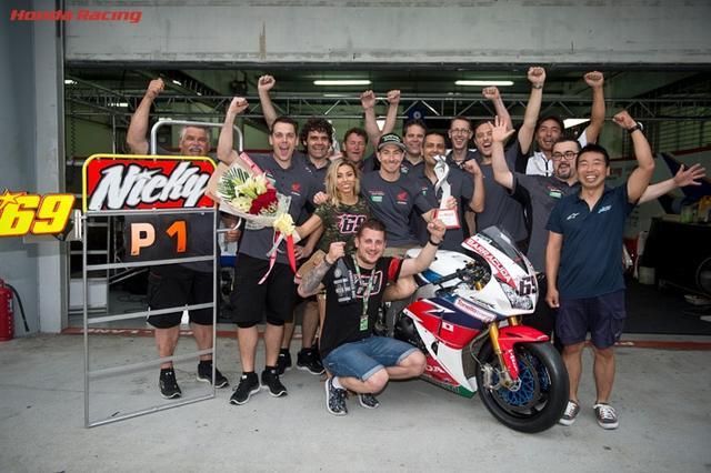 画像: 2016年スーパーバイク世界選手権第6戦マレーシアラウンド、レース2での勝利をスタッフとともに喜ぶN.ヘイデン。この笑顔にもう会えないことがなんとも悲しいです・・・。 www.honda.co.jp
