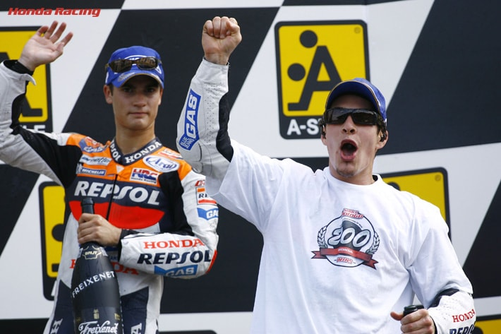 画像: ヘイデン(右)は2006年オランダGP・MotoGPクラスで、ホンダ最高峰クラス200勝目というメモリアルな勝利を記録。 www.honda.co.jp
