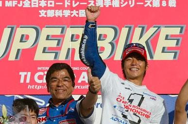 画像: 2003年、250ccクラスで全日本王者となった青山博一。 www.honda.co.jp